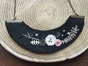 Náhrdelníky - ručne vyšívaný čierny náhrdelník pivonka   miniberry - 11543278_