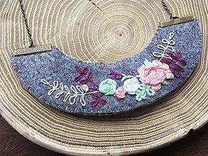 Náhrdelníky - ručne vyšívaný sivý náhrdelník violet   miniberry - 11543312_