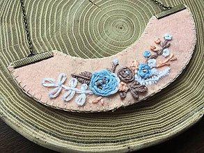 Náhrdelníky - ručne vyšívaný lososový náhrdelník kamélia   miniberry - 11547066_