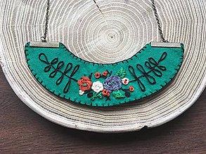 Náhrdelníky - ručne vyšívaný zelený náhrdelník jesenný bozk   miniberry - 11547222_