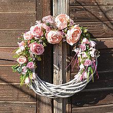Dekorácie - Ružový veniec s pivonkami - 11548863_