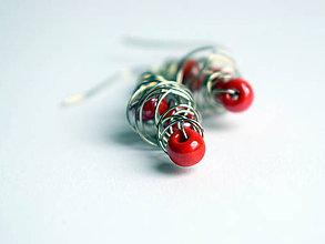 Náušnice - Náušničky s červenými korálkami - 11551739_
