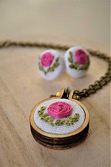 """Sady šperkov - Set prívesok+náušničky, ružička v """"objatí"""" lístkov - 11548766_"""