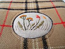 Taštičky - Vlnená károvaná taštička s výšivkou - 11549224_