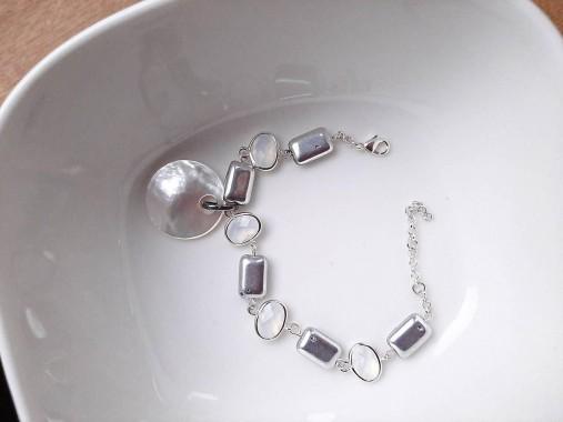 Strieborný náramok s perleťovou mincou
