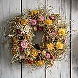 Dekorácie - Strapatý veniec zo sena a sušených kvetov - 11557748_