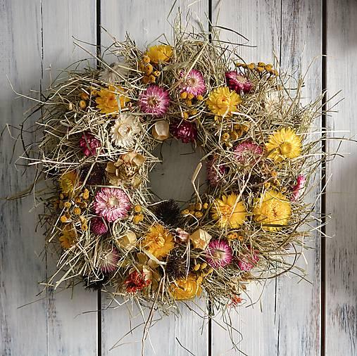 Strapatý veniec zo sena a sušených kvetov