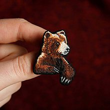 Odznaky/Brošne - Brošňa ručne vyšívaná Medveď - 11561436_