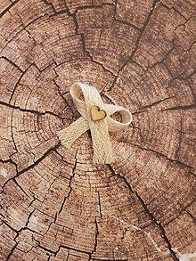 Pierka - vintage pierko zo svetlej jutoviny s dreveným srdiečkom - 11563029_