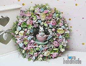 Dekorácie - Veľkonočný veniec ružová, bledomodrá, zelená so zajkom 35cm - 11564435_
