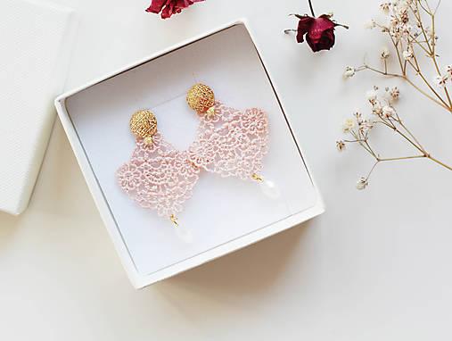Náušnice s čipkou a perličkou. Svetlá ružová/Marhuľová