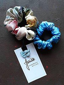 Ozdoby do vlasov - Hodvábne gumičky do vlasov aj na ruku- SET- pestrofarebná s modrou - 11567477_