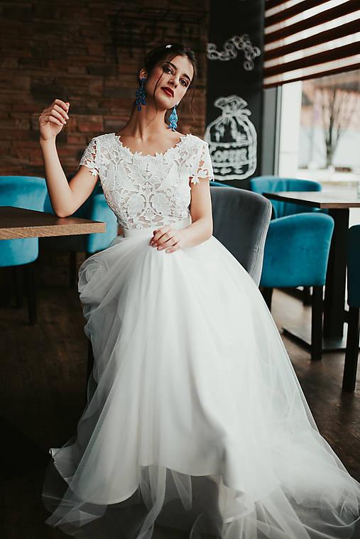 Svadobné šaty z krajky v geometrickom motíve a tylovou sukňou