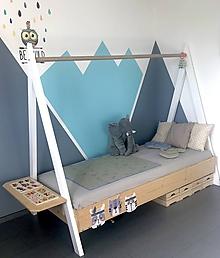Nábytok - Drevená posteľ v tvare stanu - pre našich drobcov - 11566640_