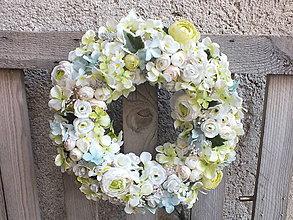 Dekorácie - Kvetinový veniec - 11567234_