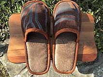 Hnedé papuče so vzorovaným vrchom