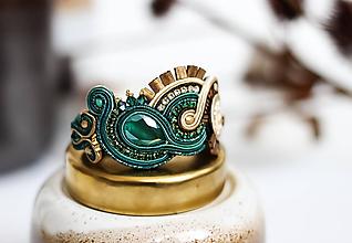 Náramky - Smaragdovo-béžový šujtášový náramok so Swarovski kryštálmi - 11576243_