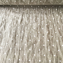 Textil - 100 % predpraný vyzrážaný ľan bodky na šedej - 11574593_