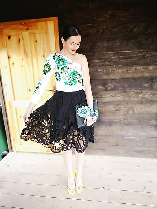 zľava  plisované šaty so zelenou výšivkou Poľana