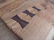 Pomôcky - Rustikálna dubová doska na štýlové servírovanie s rezbou 1 - 11584999_