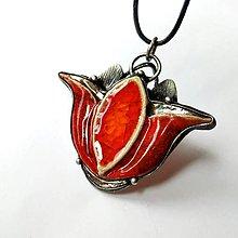 Náhrdelníky - Tulipán - keramický šperk s cínom a sklom - 11586097_