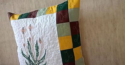 Úžitkový textil - Prešívaný vankúš s výšivkou skoroceľ - 11585902_