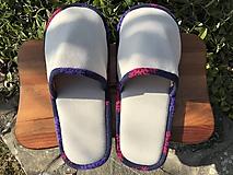 Béžové papuče s farebným lemom