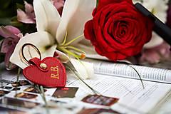 Kľúčenky - Červená kožená kľúčenka v tvare srdiečka - 11585525_