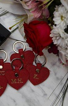 Kľúčenky - Červená kožená kľúčenka v tvare srdiečka - 11585528_