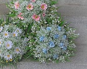Dekorácie - Kytica s modrými ružičkami v objatí konvaliniek - 11589571_