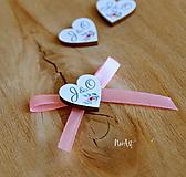 Svadobné pierka s mašličkou ružovou, farebné srdiečka