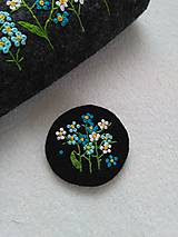 Odznaky/Brošne - Nezábudková (ručne vyšívaná brošňa) - 11588478_