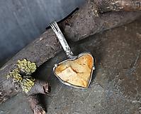 Náhrdelníky - Smerovanie - cínovaný prívesok s kameňom - 11589547_