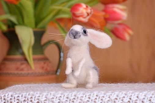 Dekorácie - Malý králiček z plsti, polohovateľný - 11590898_