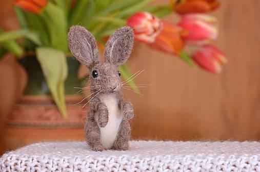 Dekorácie - Malý králiček z plsti, polohovateľný - 11590920_