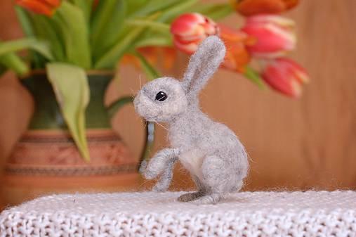 Dekorácie - Malý králiček z plsti, polohovateľný - 11590938_