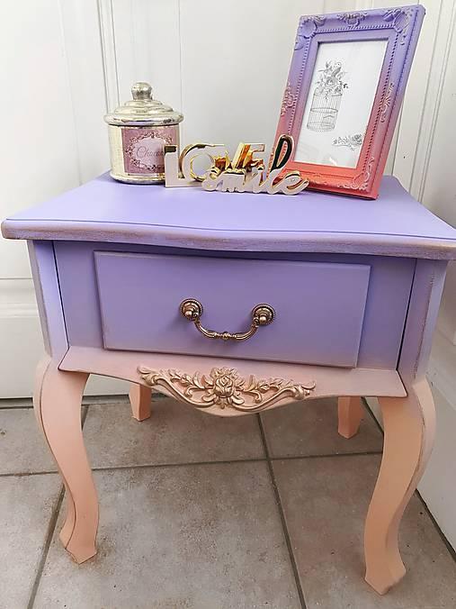 Nočný stolík vo veselých farbách