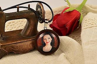 Náhrdelníky - Drevený náhrdelník/prívesok s vašou fotkou - 11598216_