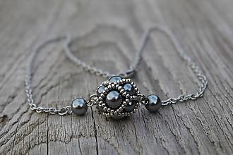 Náhrdelníky - náhrdelník sivo-kovová gulička - 11599907_