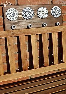 Nábytok - Drevený vešiak v bielo-modrej kombinácií - 11599896_