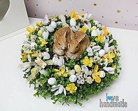 Dekorácie - Veľkonočný aranžmán so zajkami na brezovom pláte - 11600218_