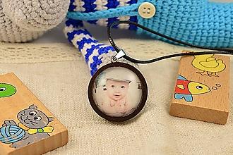 Náhrdelníky - Drevený náhrdelník/prívesok s fotkou vášho dieťaťa - 11599132_