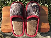 Papuče z poťahovky s červeným lemom