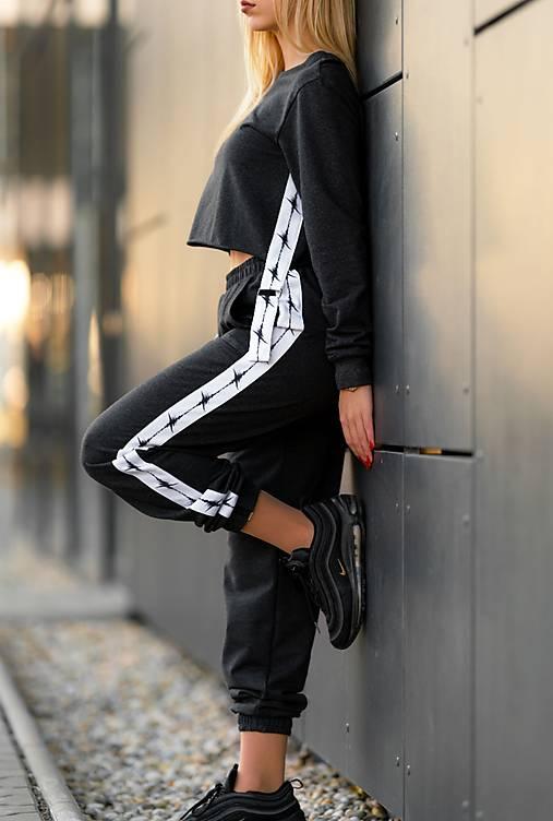Teplákové nohavice s lampasom šedočierne