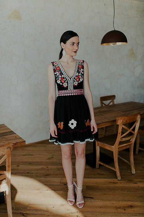 Šaty - krátke čierne šifónové šaty Slovenské devy - 11608937_