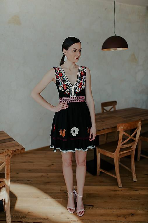 krátke čierne vyšívané šaty