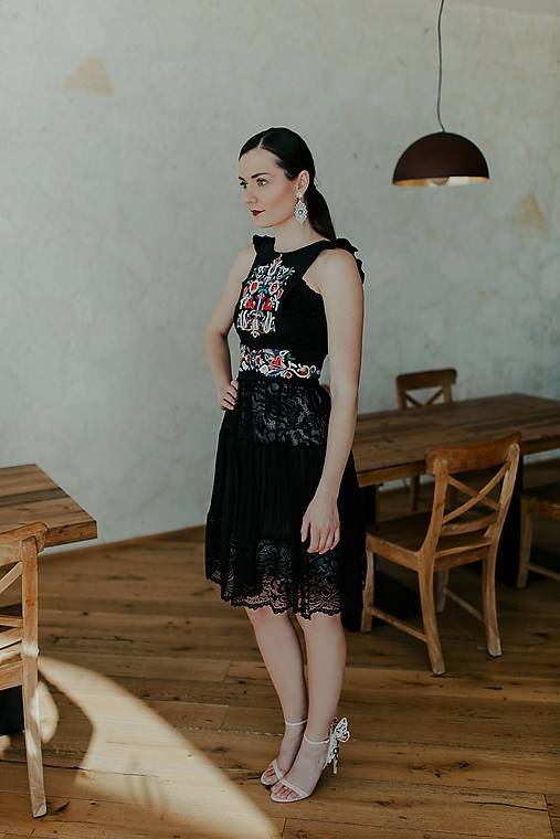krátke šaty s plisovaním Slovenské devy