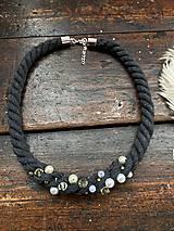 Náhrdelníky - Antracitový náhrdelník pošitý perlami - 11618038_