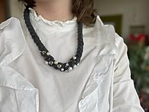 Náhrdelníky - Antracitový náhrdelník pošitý perlami - 11618039_