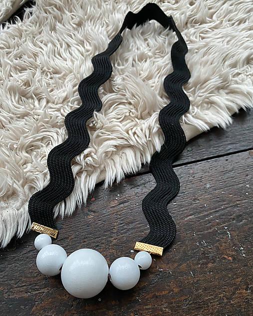 Originální černobílý náhrdelník
